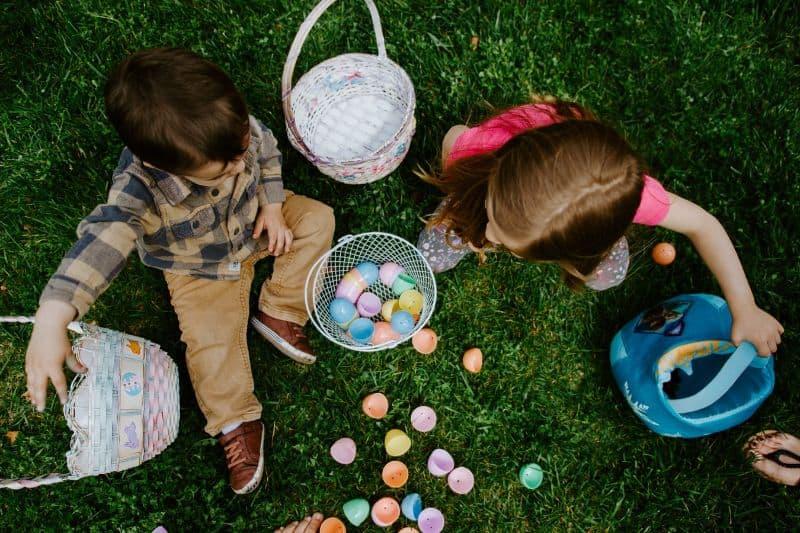 best-kids-outdoor-activities-7-neighbourhood-scavenger-hunt
