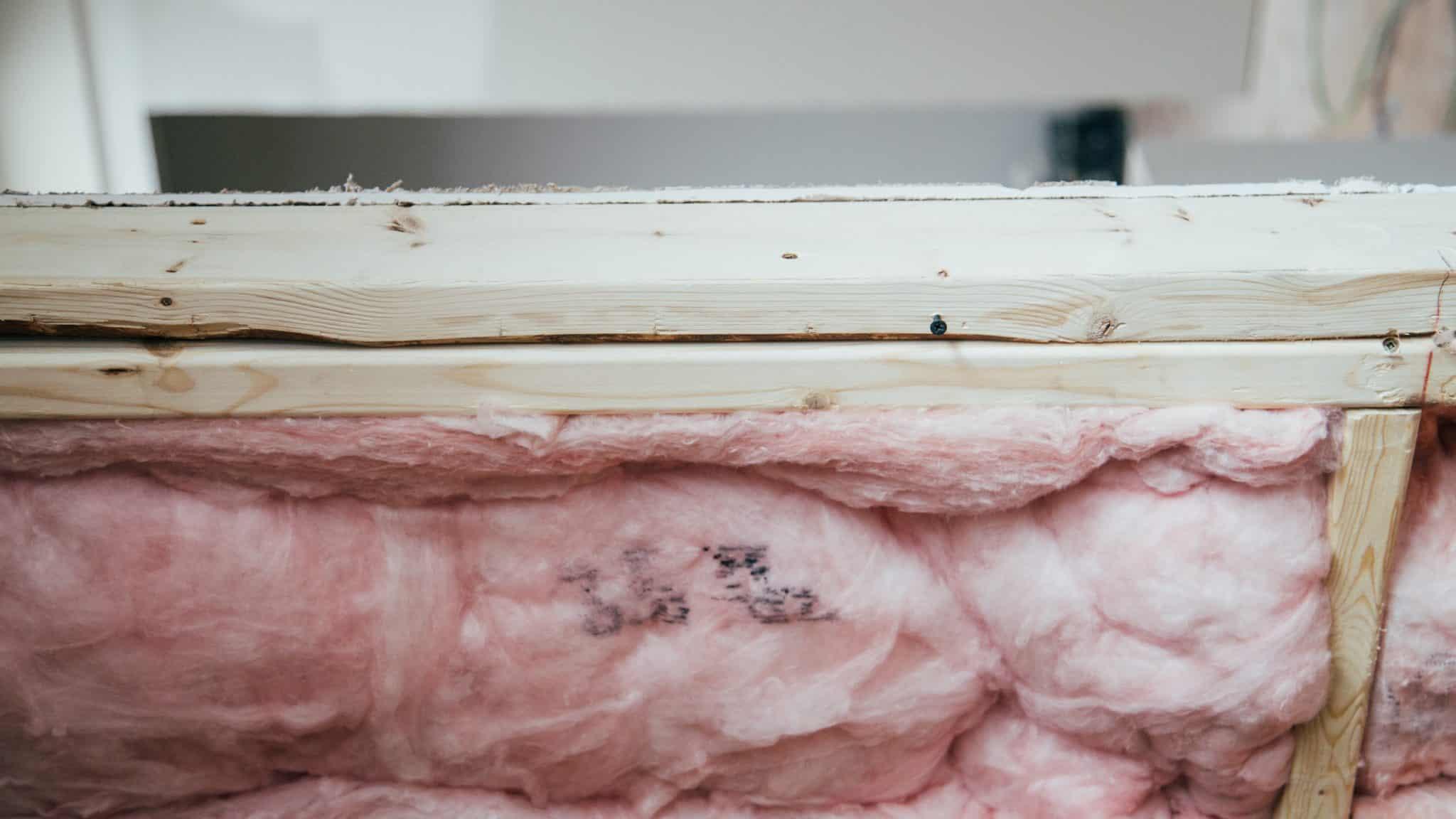 Cross profile of pink fibreglass insulation batts in a wall cavity