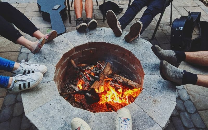 ultimate-bbq-party-ideas-45-gather-around-the-fire-pit
